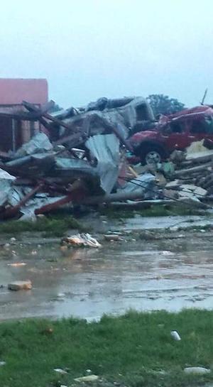 El devastador tornado arrasó con autos y casas.