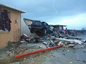 Decenas de autos se impactaron sobre las viviendas.
