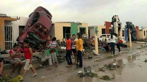 Cientos de autos se impactaron contra las viviendas.