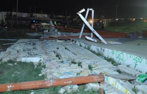 Bardas caídas se pueden apreciar por las calles de Ciudad Acuña tras el paso del tornado.