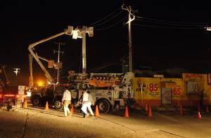 El director de la Comisión Federal de Electricidad, Enrique Ochoa, informó que hasta el momento se ha restablecido el servicio en 30 por ciento.