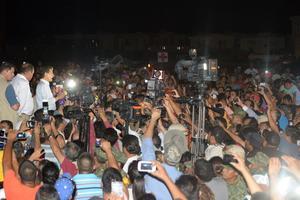 Peña Nieto subió a un vehículo para ofrecer unas palabras de apoyo a los damnificados.