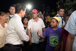 El presidente saludó a los acuñenses en su recorrido por la zona afectada.