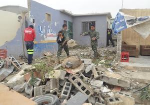 Elementos del Ejército trabajan en las labores de reconstrucción retirando los escombros.