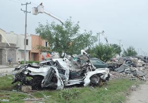 En las calles de Acuña, se pueden ver decenas de autos destrozados por el tornado.