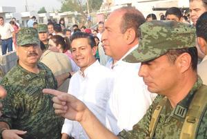 Por el lapso de una hora el presidente de la República, Enrique Peña Nieto, realizó un recorrido por las colonias afectadas por el paso de un tornado en Ciudad Acuña.