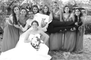 Acompañados de sus damas de honor, Laura y Javier fueron captados en una divertida fotografía.- Anaisa Arreola