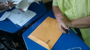 En el caso de la casilla 507 ubicada en la escuela primaria 18 de Marzo, Avelina Ramón González, representante de Morena manifestó que le llegó un sobre vacío por lo que se quedó sin el libro de la lista nominal electoral definitiva.