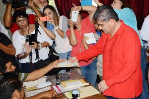 Al acudir a votar, el alcalde de Torreón, Miguel Riquleme, dijo que la jornada electoral ha transcurrido sin incidentes.