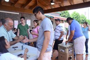Adultos y jóvenes han emitido su voto.
