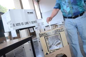 En aparente calma, laguneros han salido a las calles a ejercer su derecho al voto para elegir a los diputados federales. Varias casillas han reportado poca afluencia de votantes.