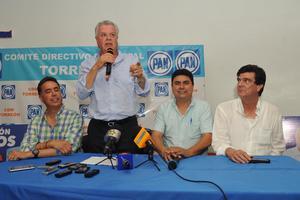 Zermeño subió nuevamente al escenario, acompañado por los exalcaldes de Torreón, Guillermo Anaya y José Ángel Pérez.