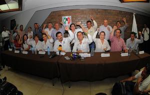 El candidato del Partido Revolucionario Institucional y Partido Verde Ecologista, José Refugio Sandoval  acompañado por el presidente del comité local, Shamir Fernández, anunciaba su triunfo irreversible frente a su rival más cercano Jorge Zermeño, del Partido Acción Nacional.