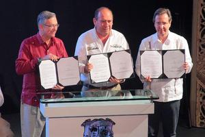 El gobernador Rubén Moreira, acompañado de Ricardo Salinas Pliego, presidente de Fundación Azteca, y Esteban Moctezuma, presidente ejecutivo de esa organización, firmaron en convenio.