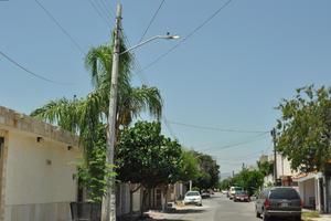 En la colonia Navarro sobre la calle Río Jordán, entre las calles Río Pánuco y Río Lerma se detectó una lámpara Led encendida a plena luz del día.