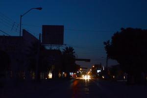 Varios son los tramos de la avenida Mariano López Ortiz o calle 12 que se encuentran en completa oscuridad.