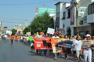Los manifestantes también exigieron un alto a las corridas de toros.