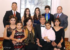 Irene y Javier Bollainygoitia acompañados de sus hijas y nietos.
