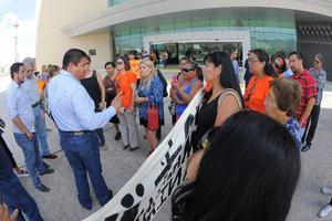 Ante la ausencia del alcalde Miguel Riquelme, los manifestantes, quienes fueron recibidos por elementos de Seguridad Pública que en todo momento resguardaron el lugar, se entrevistaron con Manuel Villalobos, subsecretario de situaciones políticas del Ayuntamiento.