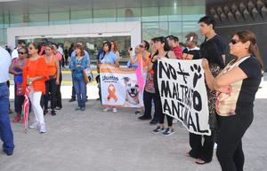 Los manifestantes llevaron pancartas en contra del maltrato animal.
