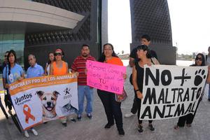Una vez más, un grupo de rescatistas y representantes de asociaciones protectoras de animales, se manifestó a las afueras de la presidencia municipal de Torreón.