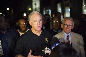 El jefe de la policía Gregory Mullen junto al alcalde Joseph Riley.