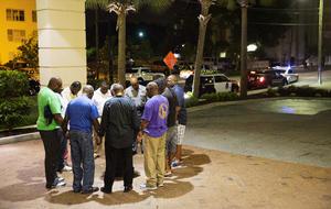 Poco después del tiroteo el miércoles, un grupo de pastores se reunió ante la iglesia para rezar en un círculo al otro lado de la calle.
