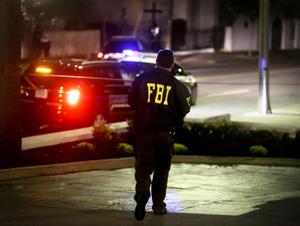 El jefe de la policía local, Greg Mullen, dijo creer que el asalto a la iglesia metodista Emanuel había sido un crimen de odio, y que las autoridades buscaban a un varón blanco al comienzo de la veintena.
