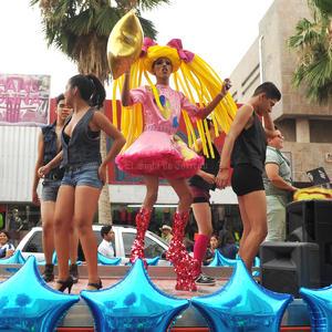 Las calles del centro de Torreón se tornaron multicolor ante la fiesta que armó la comunidad.