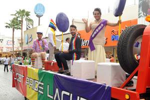 La marcha estuvo encabezada por su reina Andrea Villarreal y su rey Armando Rivas.