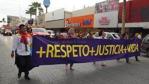 """La marcha llevó al frente una manta con el lema """"Más Respeto, más Justicia, más Vida"""", así como una bandera de 60 metros cuadrados con los colores representativos de la comunidad LGTB."""