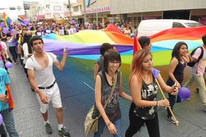 La comunidad LGTB, que aglutina a lesbianas, gays, transexuales y bisexuales realizó su marcha anual por el orgullo gay en las calles de Torreón.