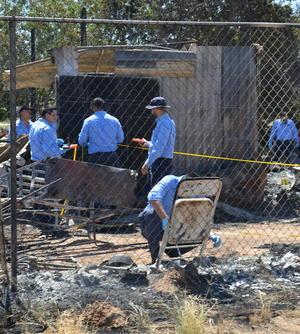 Personal de Servicios Periciales continuó trabajando en el lugar del incendio, el cual fue acordonado para recabar la evidencia posible.