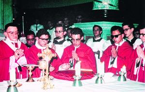 Servicio. José Guadalupe Galván (al centro) junto con algunos de los 11 compañeros que se ordenaron el mismo año que él, de los cuales ocho aún continúan en la vida sacerdotal.