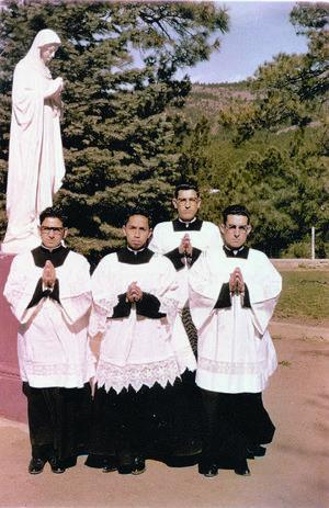 Amistad. Aquí, el obispo con algunos de sus compañeros del seminario.