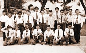 Juventud. Monseñor se encuentra rodeado con sus compañeros de nivel primaria, antes de ingresar al Seminario.