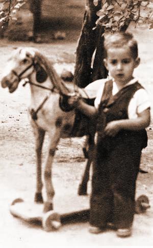 Niñez. Como cualquier niño de su edad, José Guadalupe Galván disfrutaba sus juguetes.