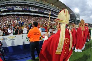 """Los miles de asistentes que llegaron previamente a la celebración se mantuvieron replegados bajo los palcos del Territorio Santos Modelo que fue sede de esta """"fiesta de oro""""."""