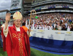 Minutos antes de que iniciara la celebración eucarística con motivo se los 50 años de vida sacerdotal del obispo de Torreón José Guadalupe Galván Galindo, la intensa lluvia que se registró durante casi media hora, cesó.