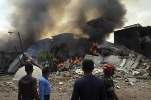 Un avión de transporte de la Fuerza Aérea local se estrelló en el barrio residencial de la ciudad de Medan.