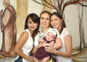 Acompañada de su hija, Elisa Ganem Urby, y sus primas, Karla y Ana Luisa Urby.