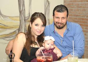 Alejandra Pardo de Issa y Cristóbal Issa con Elisa Ganem Urby.