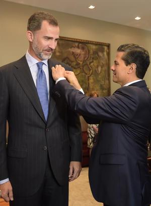Peña Nieto condecoró al rey Felipe VI con la Orden Mexicana del Águila Azteca, en grado de collar.