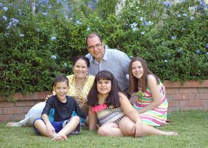 José Pablo y Miranda con sus papás, José y Chary, y su hermana, Paulina.