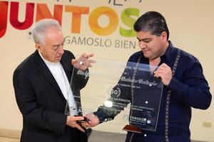 El alcalde entregó un reconocimiento al obispo de Torreón.