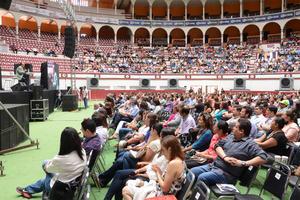 Miles de laguneros acudieron a escuchar la charla de Pedro Ferriz de Con.