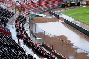 El torrencial aguacero afectó el terreno de juego del Estadio de la Revolución.