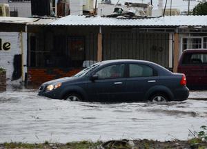 Loa automovilistas sufrieron por la acumulación de agua en las calles.