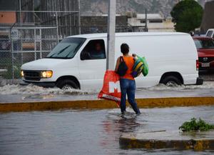 El fenómeno meteorológico se comenzó a sentir aproximadamente a las 17:30 horas, sobre todo en la ciudad de Torreón, debido al ingreso de humedad proveniente del Océano Pacífico que se conjugó con una baja presión y a la onda tropical número 13.