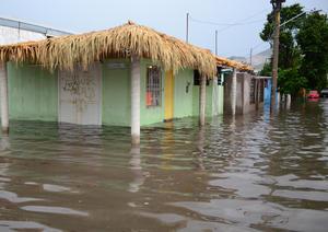 Tormenta. El agua dejó inútiles las entradas de las casas en diversas colonias del sur y oriente de la ciudad.